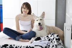 Jonge glimlachende vrouw met hond Royalty-vrije Stock Foto's