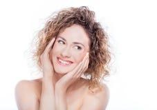 Jonge glimlachende vrouw met krullend haarportret op wit Royalty-vrije Stock Foto