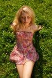 Jonge glimlachende vrouw op het gras stock foto's