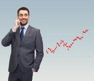 Jonge glimlachende zakenman die met smartphone spreken Royalty-vrije Stock Foto's