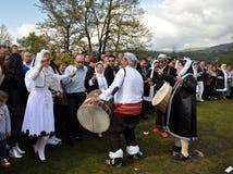 Jonge Gorani-meisjes in traditionele kostuums royalty-vrije stock foto's