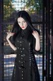 Jonge gotische stijl donkerbruine vrouw in zwarte kleding royalty-vrije stock afbeelding