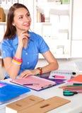 Jonge grafische ontwerper die aan laptop werken die tablet thuis gebruiken Royalty-vrije Stock Foto's