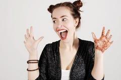 Jonge grappige hipstervrouw die tong, het schreeuwen en verrassing met grappig emotiegezicht tonen royalty-vrije stock foto's