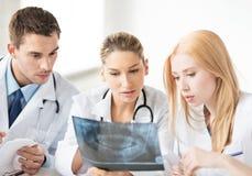 Jonge groep artsen die röntgenstraal bekijken royalty-vrije stock afbeeldingen