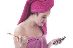 Jonge haar tanden borstelen en vrouw die mobiele telefoon kijken Royalty-vrije Stock Foto