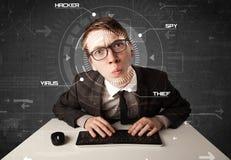 Jonge hakker die in futuristisch milieu persoonlijke informati binnendringen in een beveiligd computersysteem Royalty-vrije Stock Foto's