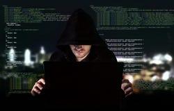 Jonge hakker in gegevensbeveiligingconcept Stock Foto's