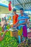 Jonge handelaars in Wellawaya merket Stock Foto's