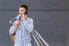 Jonge handelsreiziger die celtelefoon met behulp van royalty-vrije stock afbeelding