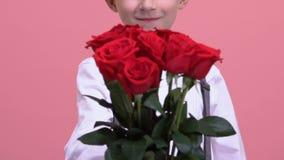 Jonge heer die boeket van rozen tonen aan camera, de leveringsdienst, verrassing stock videobeelden
