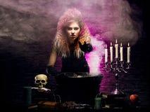 Jonge heks die hekserij in een Hallowen-kerker maken royalty-vrije stock foto