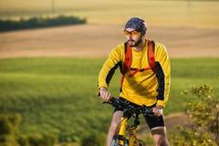 Jonge heldere mens op bergfiets Royalty-vrije Stock Afbeelding