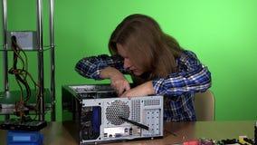Jonge herstellersvrouw die harde aandrijving in het geval van Desktoppc op reparatiecentrum installeren stock video