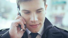 Jonge het Bedrijfsmens drinken koffie en het spreken op telefoon 4K stock footage