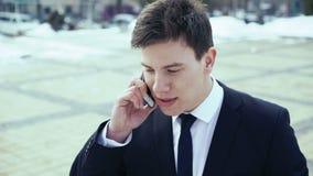 Jonge het Bedrijfsmens drinken koffie en het spreken op telefoon 4K stock videobeelden