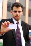Jonge het bezoekkaart van de zakenmanholding Royalty-vrije Stock Foto's