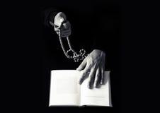 Jonge het bidden handen met houten rozentuin en Heilige Bijbel Stock Fotografie