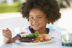Jonge het Dineren van het Meisje Al Fresko Royalty-vrije Stock Foto's