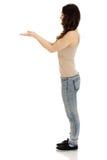 Jonge het exemplaarruimte van de vrouwenholding in handen Stock Fotografie