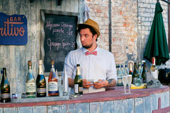 Jonge het geldopbrengst van de barmantelling voor dranken Stock Fotografie