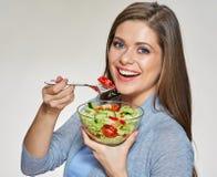 Jonge het glimlachen het glaskom van de vrouwenholding met plantaardige salade Stock Foto's