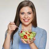 Jonge het glimlachen het glaskom van de vrouwenholding met plantaardige salade Stock Afbeeldingen