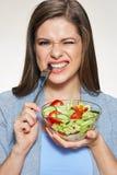 Jonge het glimlachen het glaskom van de vrouwenholding met plantaardige salade Royalty-vrije Stock Foto