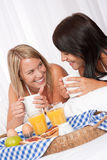 Jonge het glimlachen twee vrouw het drinken koffie Stock Afbeelding