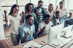 Jonge het Glimlachen Zaken Team Celebrating in Bureau royalty-vrije stock afbeeldingen