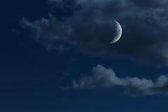 Jonge het groeien maan in nachthemel met wolken Stock Foto's