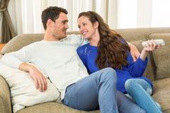 Jonge het Letten op van het Paar Televisie samen royalty-vrije stock foto's