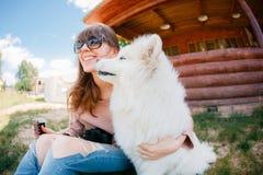 Jonge het meisjes witte kid-skin van de hipstervrouw hond gescheurde jeans royalty-vrije stock foto's