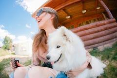 Jonge het meisjes witte kid-skin van de hipstervrouw hond gescheurde jeans stock afbeeldingen