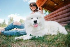 Jonge het meisjes witte kid-skin van de hipstervrouw hond gescheurde jeans royalty-vrije stock foto