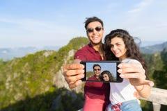 Jonge het Punt Gelukkige Glimlachende Man en Vrouw die van Paarmountain view Selfie-Foto op Aziatische Vakantie van de Cel de Sli royalty-vrije stock fotografie