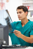 Jonge het ziekenhuis arts bij bureau stock fotografie