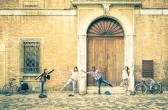 Jonge hipster beste vrienden die pret het stellen in oude stad hebben Royalty-vrije Stock Afbeelding