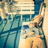 Jonge hipstermens die een rust hebben tijdens de reis van de wereldreis Royalty-vrije Stock Foto's