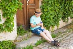 Jonge hipstermens die mobiele slimme telefoon in openlucht met behulp van royalty-vrije stock foto's