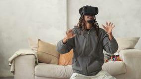 Jonge hipstermens die virtuele werkelijkheidshoofdtelefoon met behulp van stock video