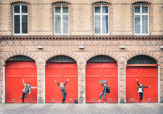 Jonge hipstervrienden die pret het stellen op het stedelijke gebied van Berlijn hebben stock afbeeldingen