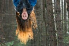 Jonge hipstervrouw in de winterbos die pret met sneeuw hebben royalty-vrije stock foto's