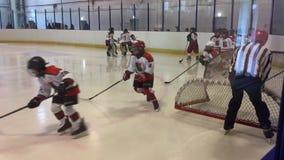 Jonge hockeyspelers op het ijs stock video