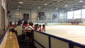 Jonge hockeyspelers op het ijs stock footage