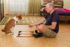 Jonge hond en rijp mens het spelen backgammon stock foto's