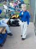 Jonge honkbalspeler die duim-omhooggaand geven. Royalty-vrije Stock Afbeeldingen