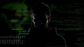 Jonge incognito mens, Internet-hakker met aantallen en code, cybercrime bedreiging royalty-vrije stock afbeeldingen