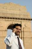 Jonge Indiër op mobiele telefoon Royalty-vrije Stock Foto's
