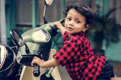Jonge Indische jongen die de motor berijden royalty-vrije stock afbeelding